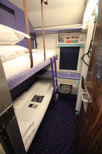Intérieur d'une cabine double à bord du train de nuit Caledonian Sleeper reliant Londres à Édimbourg, Glasgow et Fort William en Écosse
