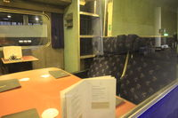 Siège de la voiture restaurant à bord du train de nuit Caledonian Sleeper reliant Londres à Édimbourg, Glasgow et Fort William en Écosse